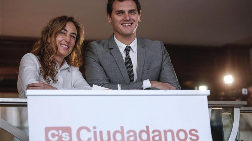 Rivera pide a Podemos que diga que la Constitución le permite manifestarse