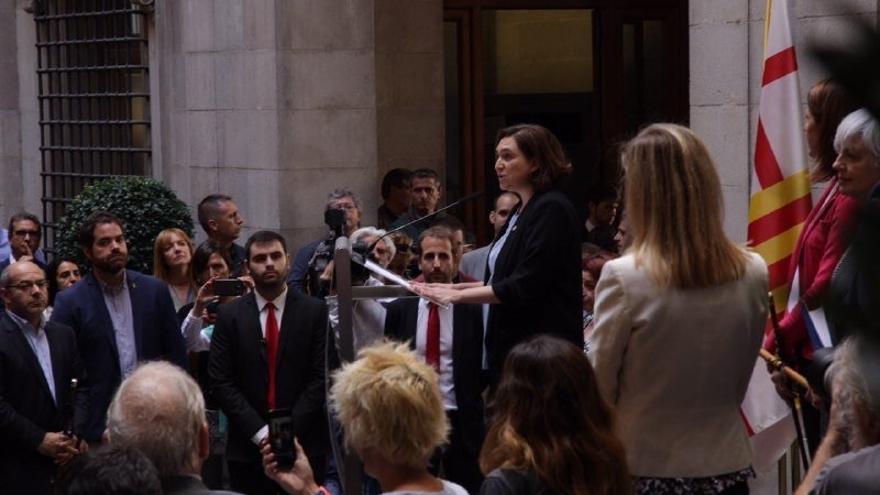 """Colau expresa su """"solidaridad"""" con los alcaldes citados por defender el referéndum"""