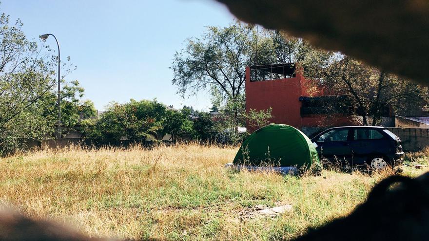 Tiendas de campaña en uno de los solares de la calle Manuel Ferrero