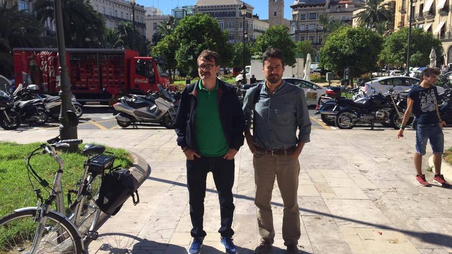 El concejal de Movilidad, Giuseppe Grezzi (izquierda), y el de Particpación, Jordi Peris, en la plaza de la Reina