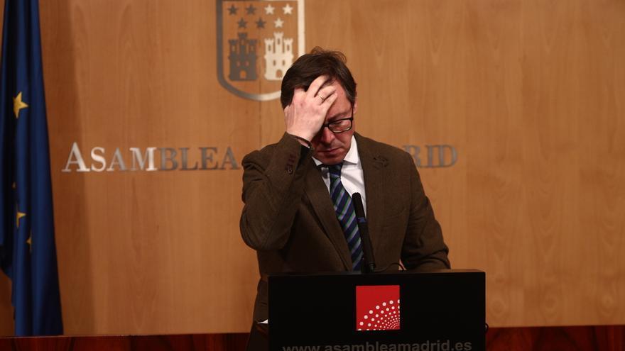El portavoz del PP, Alfonso Serrano, comparece en rueda de prensa tras el anuncio regional de la convocatoria de elecciones
