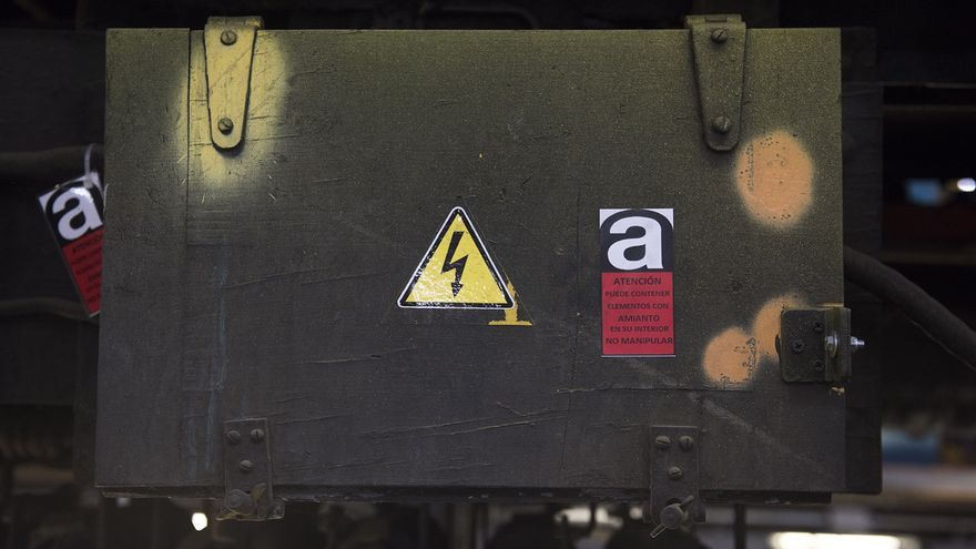 Cofre con piezas que contienen amianto, en uno de los trenes paralizados por Metro. / Fernando Sánchez