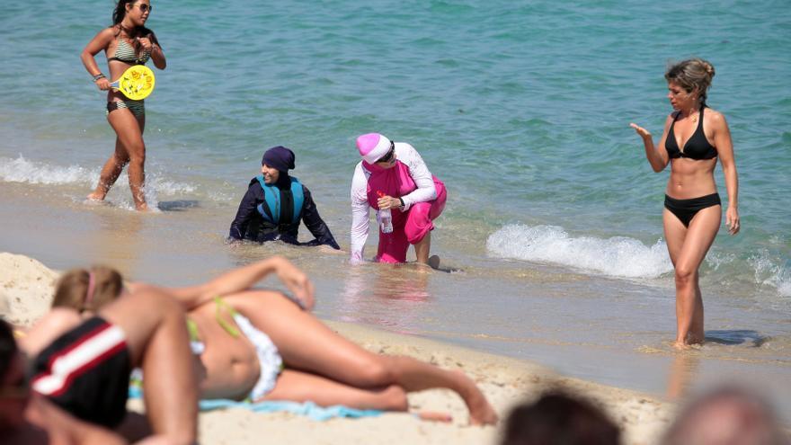 Dos mujeres con burkini en una playa del sur de Francia el 15 de agosto.