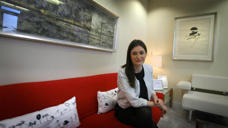 La consellera de Sanidad, Carmen Montón, en su despacho