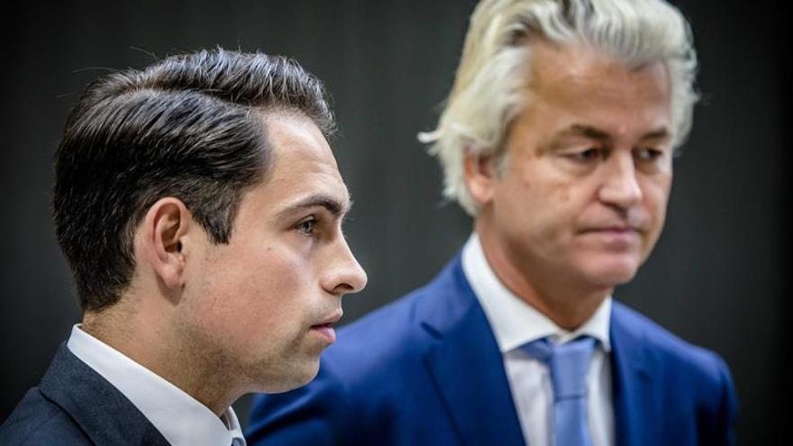 El líder del partido Vlaams Belang de Bélgica, Tom van Grieken (i), camina junto a Geert Wilders, líder ultraderechista holandés.