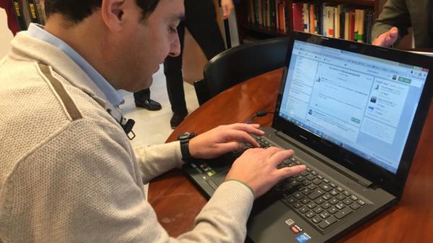 Juan Manuel Moreno en el ordenador.
