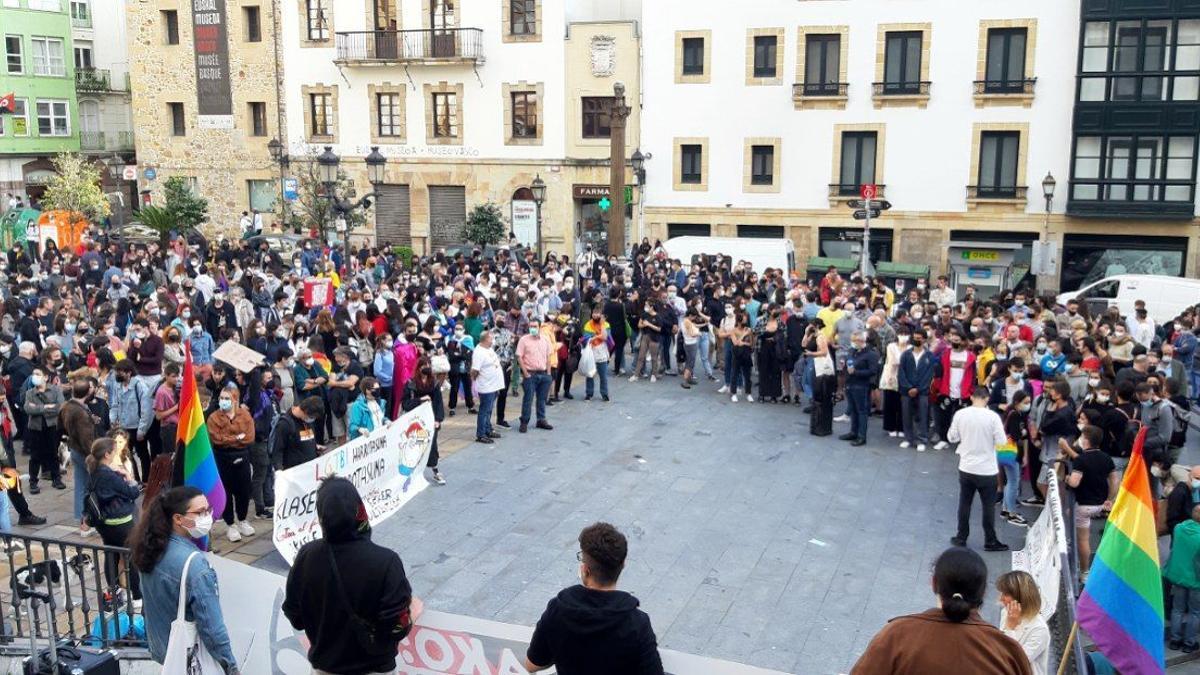 Concentración en Bilbao para denunciar una agresión homófoba