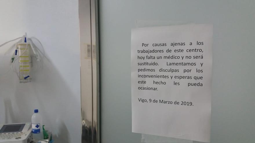 Cartel en el PAC de Vigo informando de la carencia de personal médico