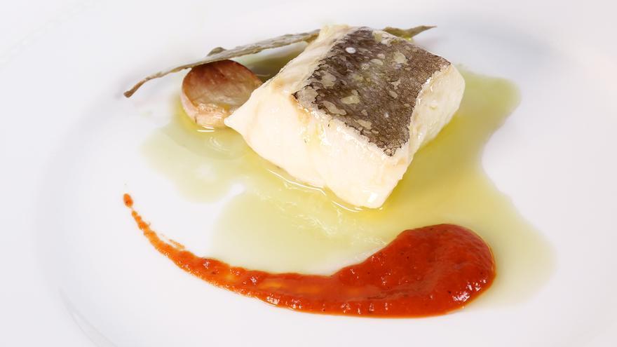 Lomos de bacalao confitados en salsa de pimientos en Azabache.
