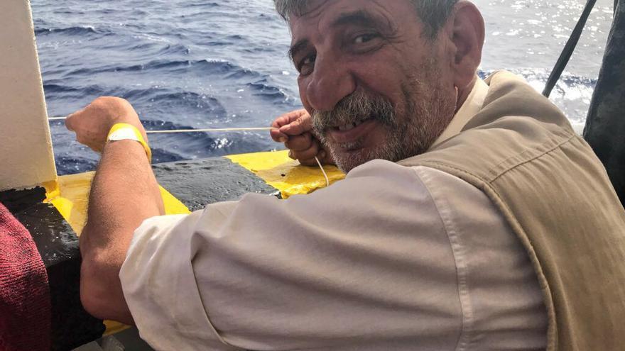Hussein pasa el rato en el Open Arms intentando pescar. En Alemania le esperan sus dos hijos.