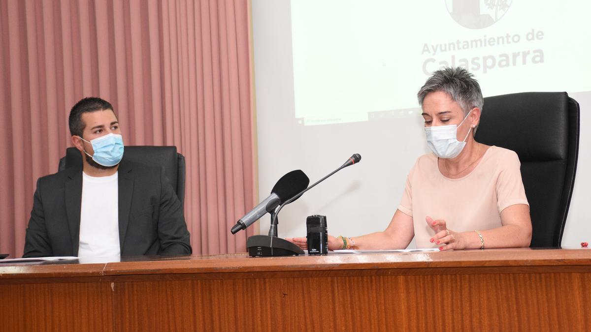 La alcaldesa de Calasparra, junto al concejal de Hacienda