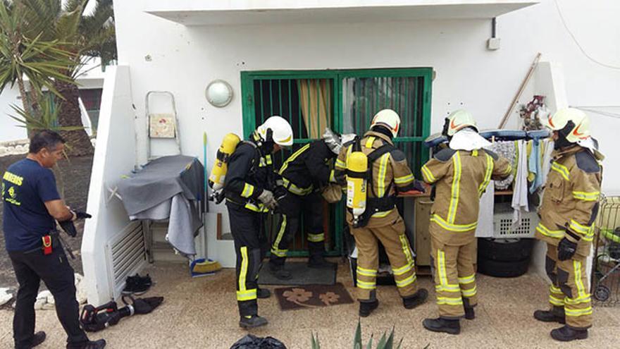 Bomberos durante una operación en Fuerteventura.