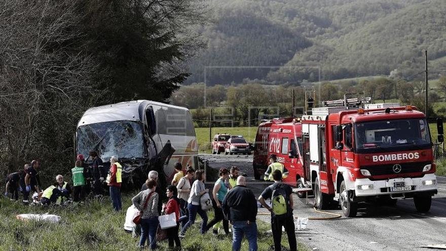 Dos muertos y siete heridos en un choque autobús y coche en Lantz (Navarra)