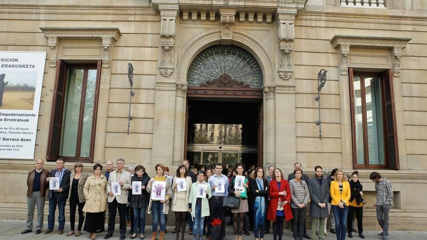 El Parlamento de Navarra se concentra en memoria de las últimas víctimas de la violencia de género