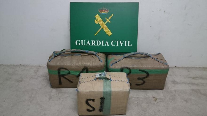 La Guardia Civil interviene 97 kilos de hachís a un hombre de 38 años en Fuerteventura.