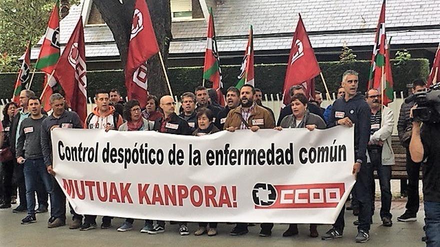 Concentración de delegados de Comisiones Obreras contra el reglamento de mutuas.