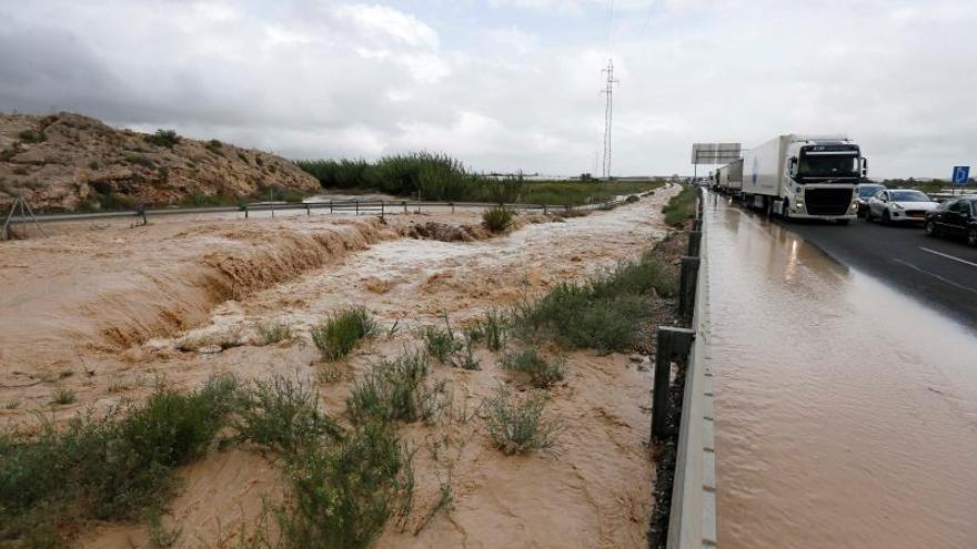 Los efectos del temporal en la A-7 a su paso por Orihuela