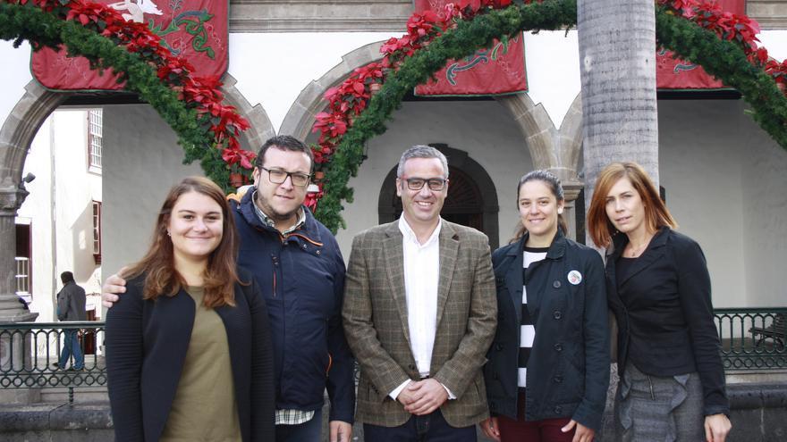 Las jóvenes del Erasmus junto a las autoridades municipales.