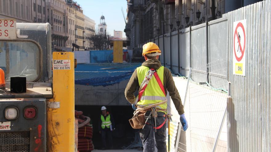 Un operario entra en el túnel de la estación de Metro de Sevilla. / S.P