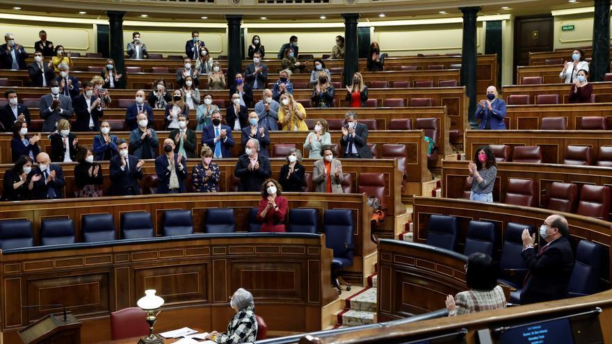 Aplausos en el Congreso después de aprobar definitivamente la ley que despenaliza laeutanasia. EFE/Zipi/Archivo