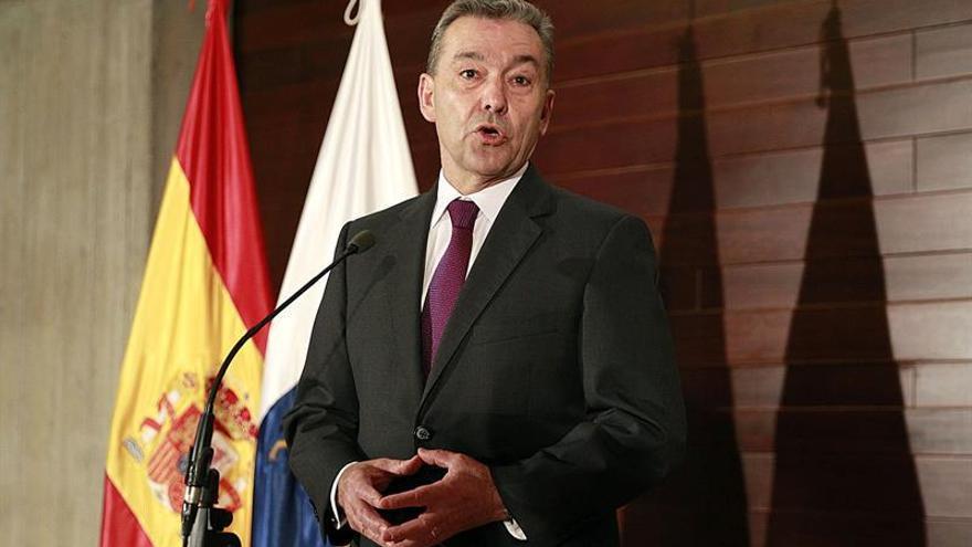 El presidente del Gobierno de Canarias, Paulino Rivero, ofrece una rueda de prensa para informar sobre su reciente viaje a EEUU para la promoción del archipiélago. EFE/Cristóbal García