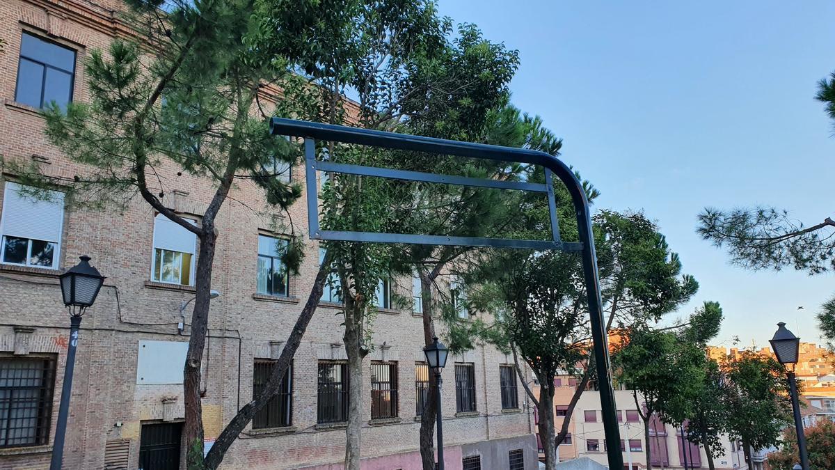 La Placa desaparecida de los jardines, a la altura del número 77 de la calle Pinos Alta