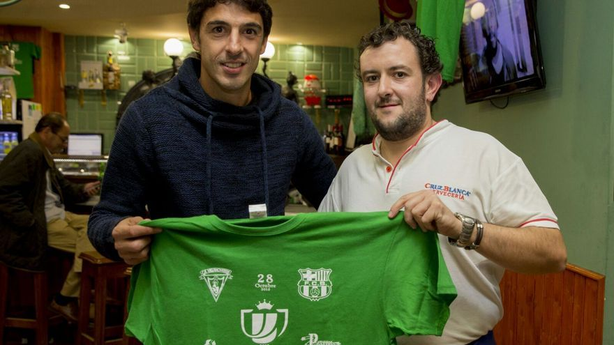El jugador del Villanovense Curro con el propietario de la cervecería Cruz Blanca, José Luis Cidoncha.