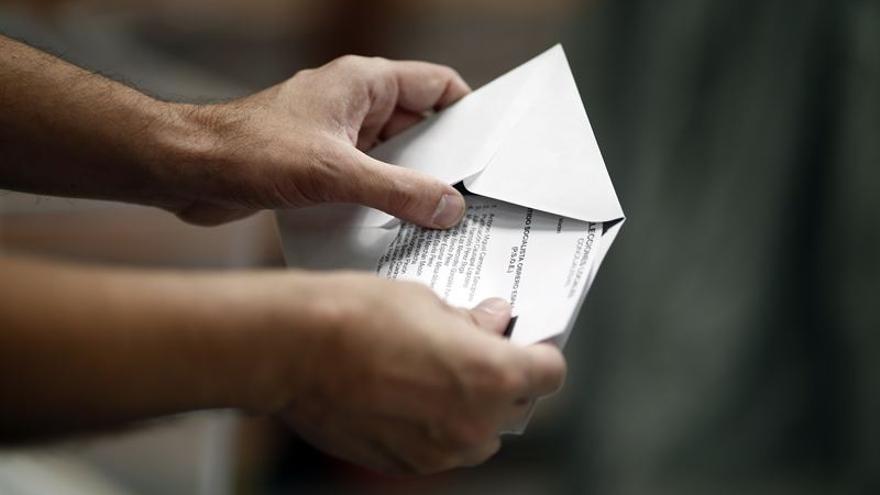 Un votante prepara su papeleta en el colegio electoral.