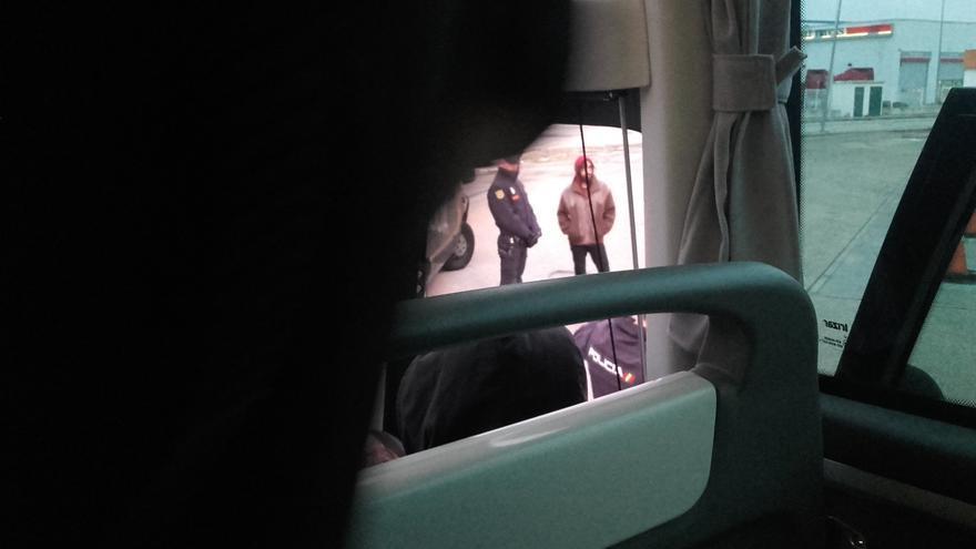 Momento en que la policía ha bajado a los dos investigados del autobús