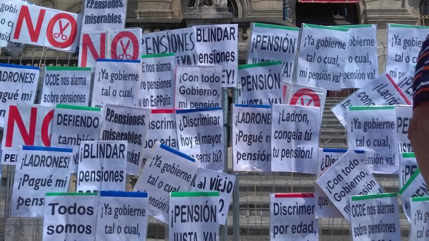 Los pensionistas 'decoran' el vallado del ayuntamiento bilbaíno en una de sus últimas protestas.