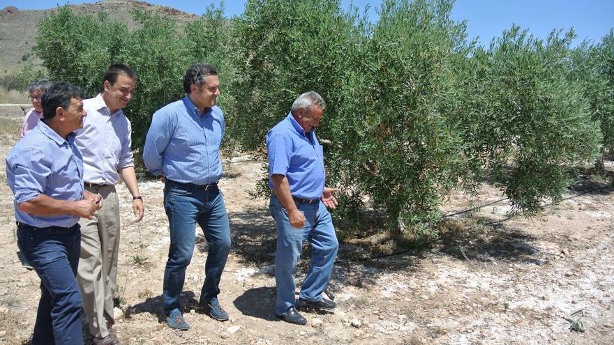 El consejero de Agricultura, Francisco Martínez Arroyo con regantes de Albacete / JCCM