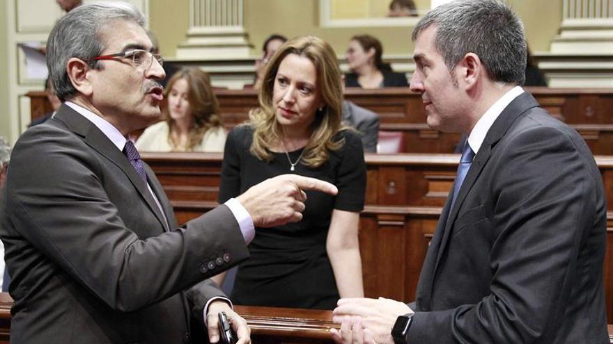 El diputado de Nueva Canarias, Román Rodríguez, conversa con el presidente del Gobierno de Canarias, Fernando Clavijo, y la consejera Rosa Dávila