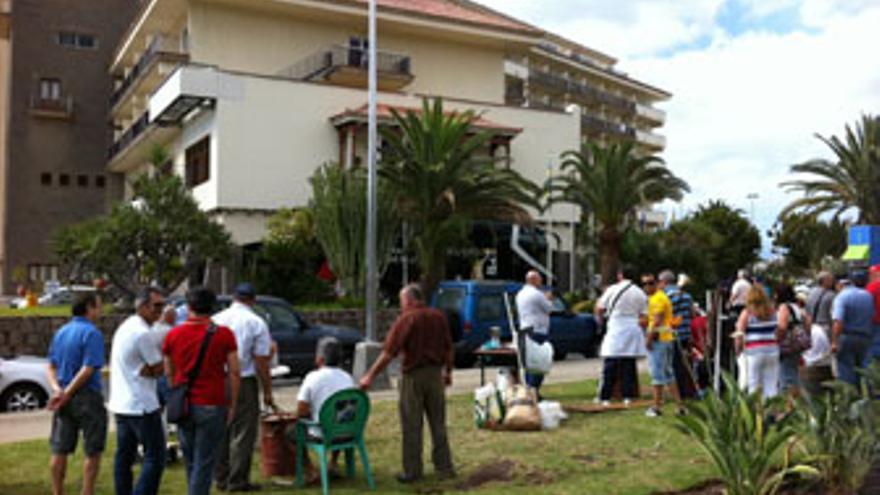 Personal del Tamarindos protesta este sábado delante del hotel en San Agustín. (CANARIAS AHORA)