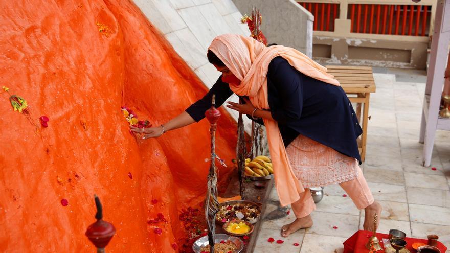 India marca un nuevo récord de covid-19 en medio de un masivo festival religioso
