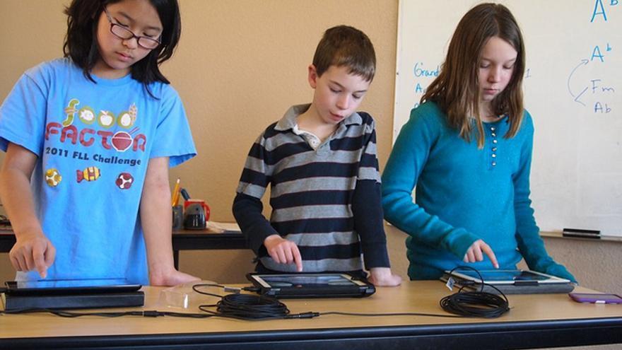 Niños usando iPad en la escuela