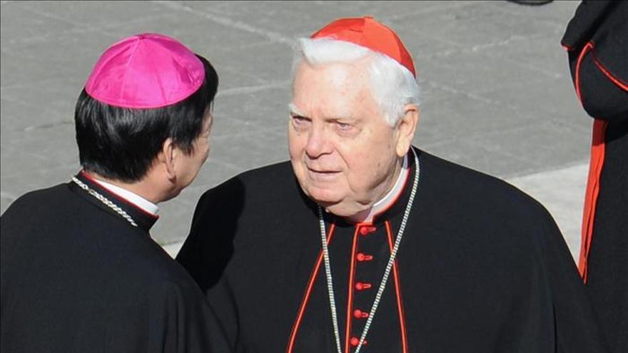 El cardenal Law, acusado de encubrir a curas pederastas y protegido en el Vaticano.