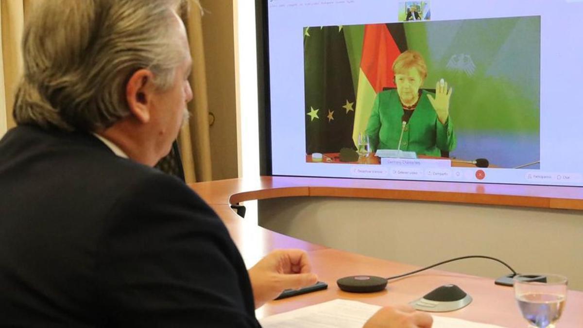 El presidente Fernández, en diálogo con la canciller Angela Merkel. Alemania es el principal acreedor de la Argentina en el Club de París.