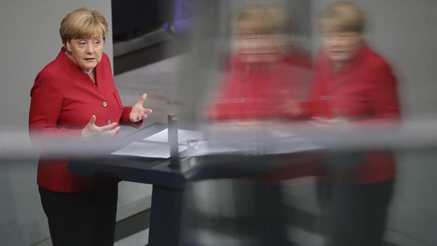 Merkel pide unidad a todo el Parlamento para combatir el populismo de derechas