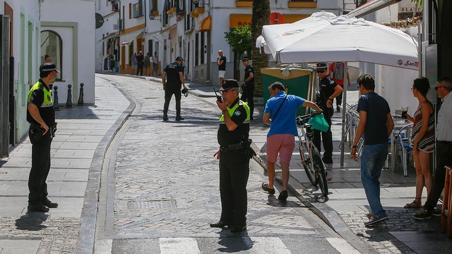 Los vecinos y la Policía cortan una calle tras varias caídas por la cera de las procesiones   MADERO CUBERO