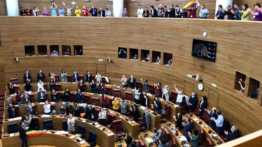 El Parlamento valenciano celebra la aprobación de la ley LGTBI