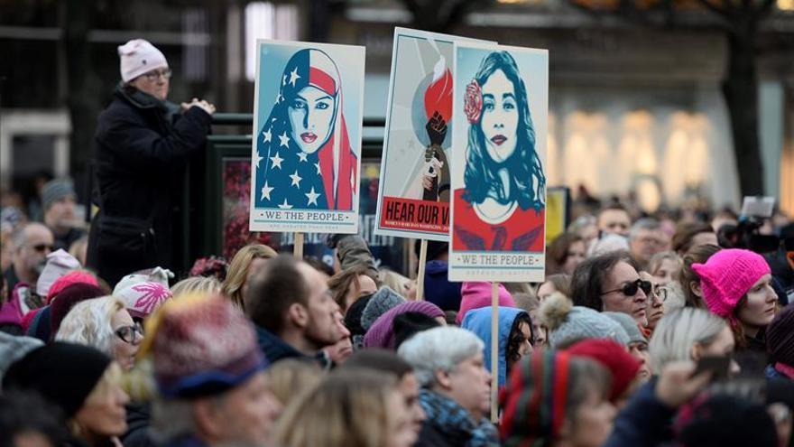 Miles de personas abarrotan Washington para una marcha por los derechos de las mujeres que puede ser histórica.