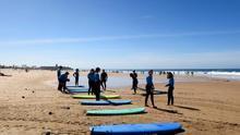 Numerosas personas en la playa de Carcavelos, en la ciudad portuguesa de Cascais.