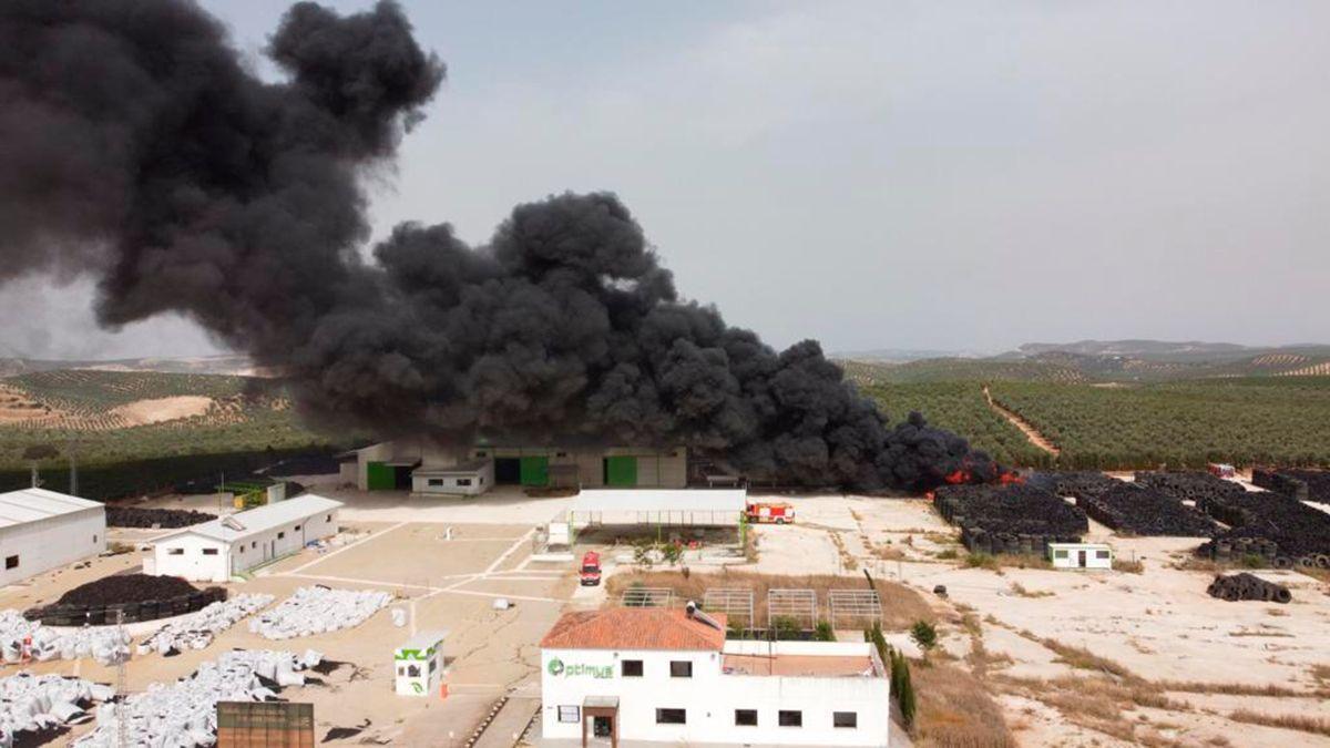 Incendio en una planta de reciclaje de neumáticos en Puente Genil.