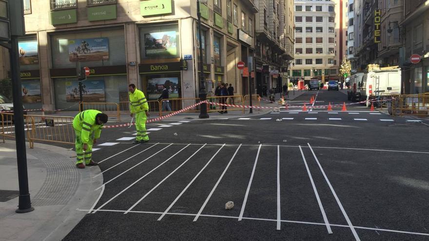 Los operarios ultiman el pintado de los pasos peatonales