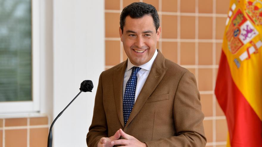 El presidente andaluz, Juanma Moreno, durante una visita al Centro de Industrias del Ocio, ubicado en Mijas (Málaga).