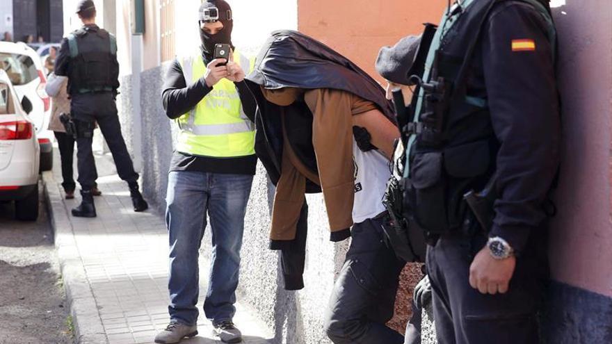 La Guardia Civil traslada al detenido por enaltecer el terrorismo. EFE/Elvira Urquijo A.