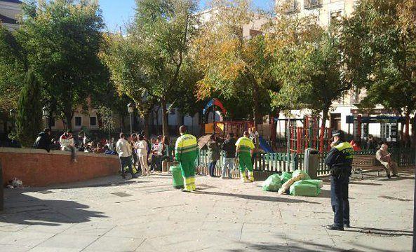 Policía y barrenderos cumpliendo con los servicios mínimos en la plaza Dos de Mayo
