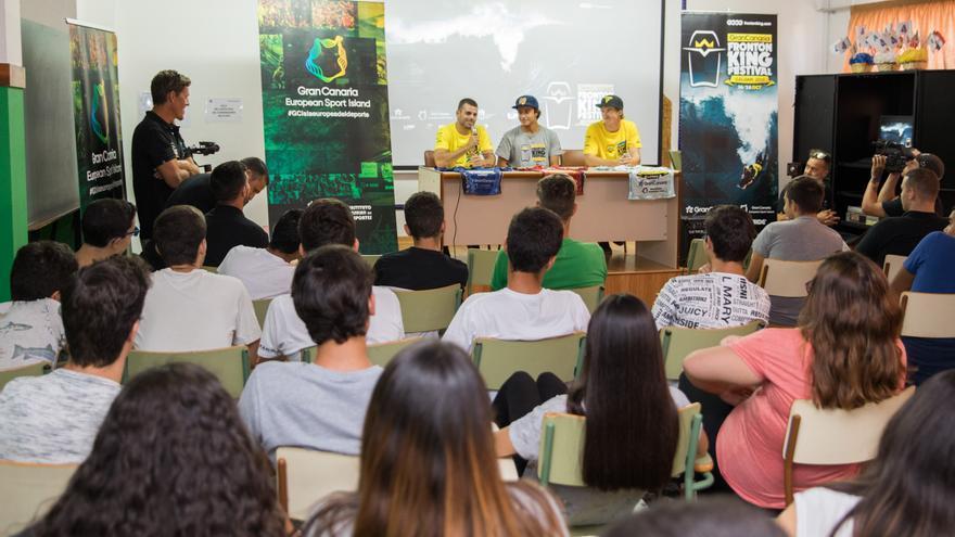 De izquierda a derecha: Jonathan Vega, Nelson Flores y Ian Campbell en el IES Guanarteme.