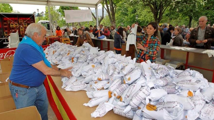 Miles de ovetenses vuelven a tomar los parques para comer el bollu preñau