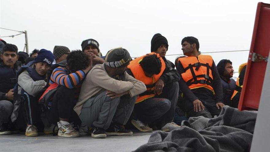 Guardacostas griegos rescatan a 62 refugiados en un bote cerca de la isla de Quíos
